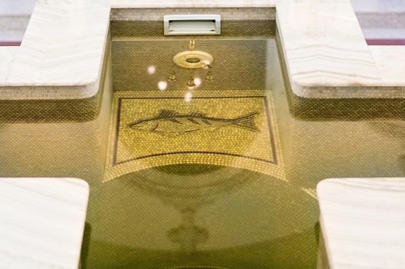 В центре храма - купель для совершения Таинства Крещения чином полного погружения.