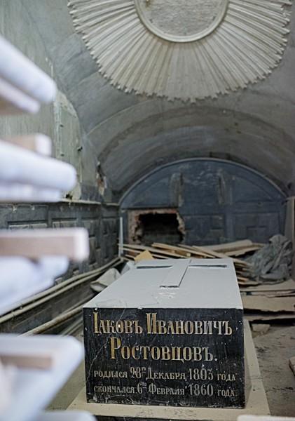В нижнем храме Федоровской церкви во время реставрации найдены дореволюционные захоронения. (На фото – гробница графа Якова Ивановича Ростовцева, видного государственного деятеля, одного из авторов крестьянской реформы 1861 года).