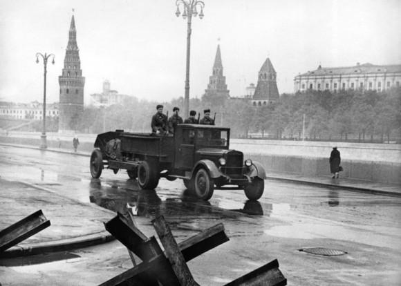 9. Бойцы истребительного батальона направляются на задание. 1941 г.