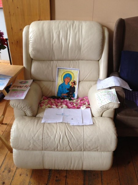 После известия о кончине отца Джона дети нарисовали рисунки и украсили его кресло