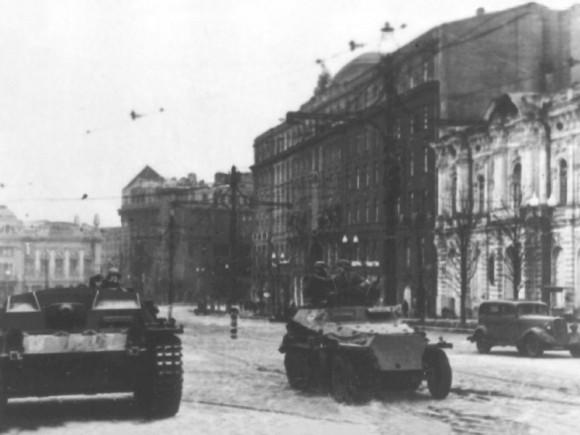 16. Гитлеровские самоходные орудия на одной из улиц города Харькова, 1941