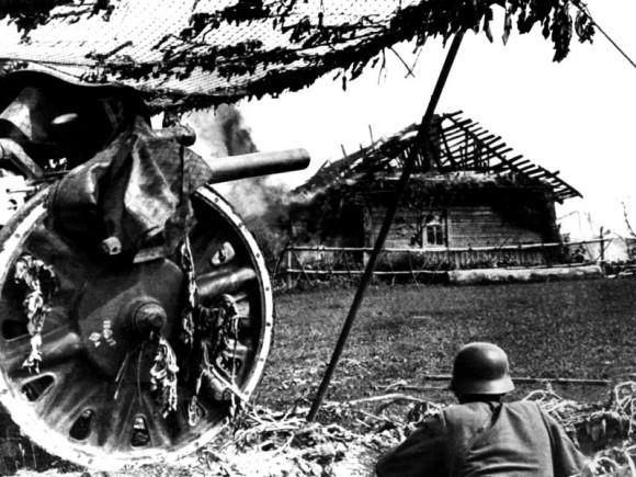18. Замаскированное немецкое артиллерийское орудие. Район Смоленска, 1941