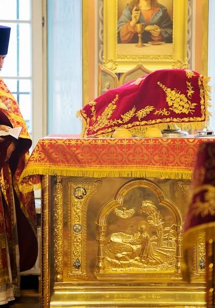 Богослужебные просфоры на жертвеннике