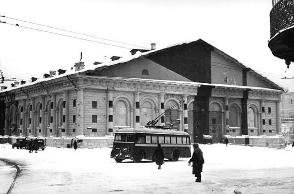 19. Здание Манежа в маскировочной окраске. Москва, зима 1941 г.