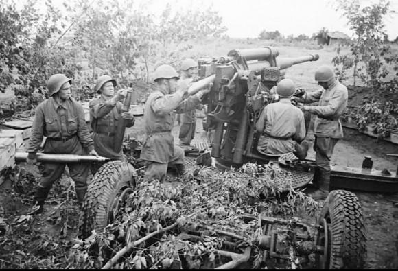 20. Зенитное орудие бьет прямой наводкой по немецким танкам. 1941