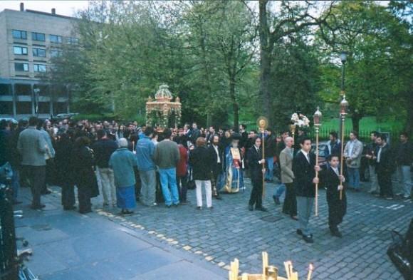 Крестный ход во дворе Университета Эдинбурга в Страстную Пятницу, 2002 г.