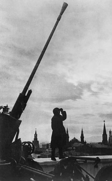 21. Зенитное орудие, установленное вблизи Кремля. 1941 г.
