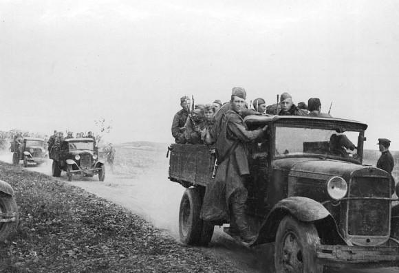 22. Колонна автомашин с солдатами направляется на Южный фронт. 1941