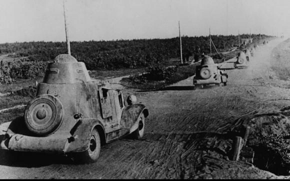 23. Колонна бронеавтомобилей БА-20М выдвигается на боевые позиции