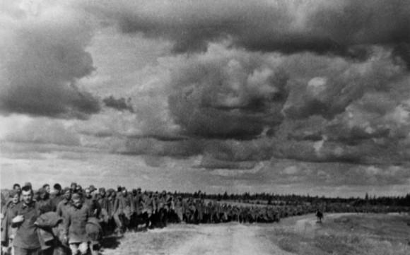 24. Колонна пленных красноармейцев. Лето 1941 г.