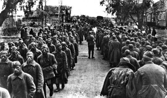 25. Колонны советских военнопленных под Старой Руссой. 1941 г.