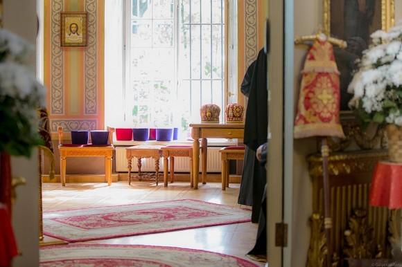 В алтаре – камилавки и митры всех служащих священников