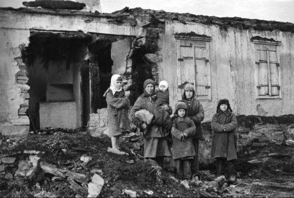 36. На пепелище хаты, сожженной немцами. Ноябрь 1941 г.