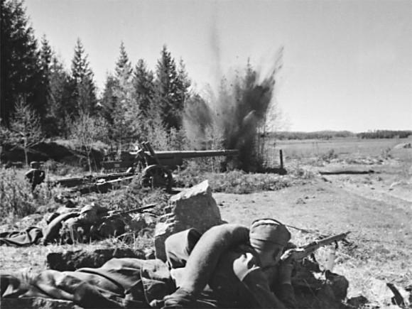 37. На позиции артиллерийского орудия. Лето 1941 г.