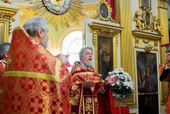 Настоятель храма протоиерей Виктор Московский читает молитву перед причастием