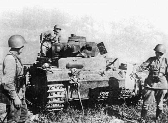 42. Первые трофеи. Разбитые фашистские танки в районе Бобруйска.