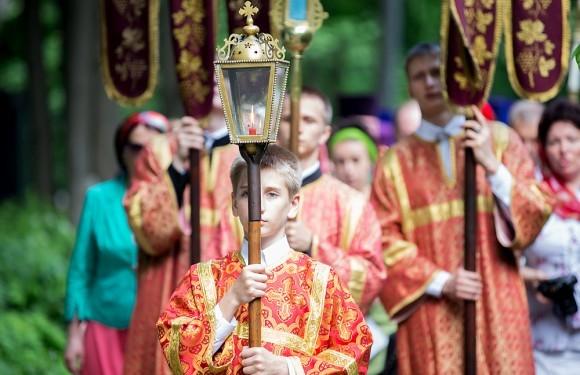 После литургии крестный ход прошел от храма к часовне блаженной Ксении, находящейся тут же, на Смоленском кладбище