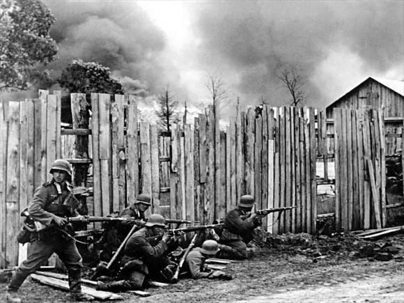 45. Подразделение немецкой пехоты ведет бой на окраине деревни.