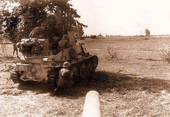 Противотанковая САУ «Мардер III» прикрывает выдвижение танков 2 тк СС, июль, 1943 г.
