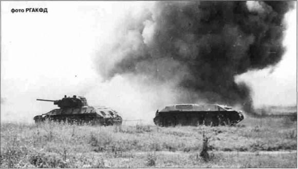 Ремонтники эвакуируют подбитый Т-34 под огнём противника.