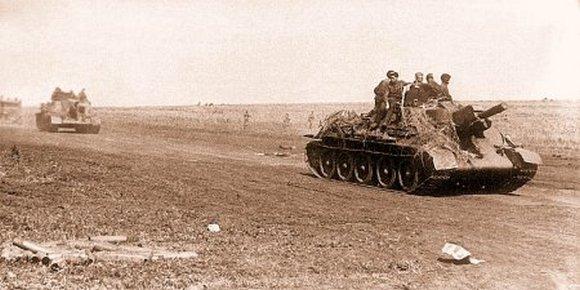 СУ-122 из состава 1445 самоходно-артиллерийского полка выдвигаются в р-н Прохоровки, 10 июля 1943 г.