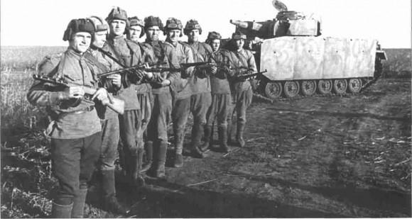 Советские разведчики, захватившие исправный PzKpfw HI Ausf N и приведшие его в расположение своих войск. Июль 1943.