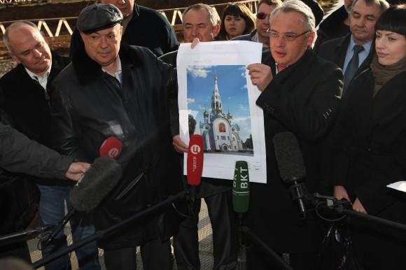 Справа Алексей Добашин, строящий для России уже 35-й храм