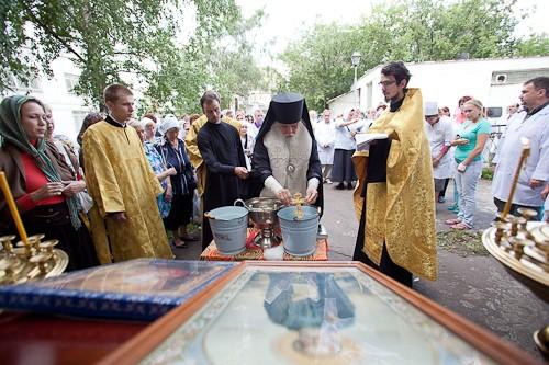 На водосвятный молебен к больничной часовне прп. Серафима Саровского пришли не только пациенты, но и медперсонал больницы