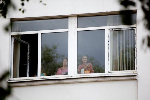 Те, кто не смог прийти на молебен из-за болезни, наблюдали из окна больницы
