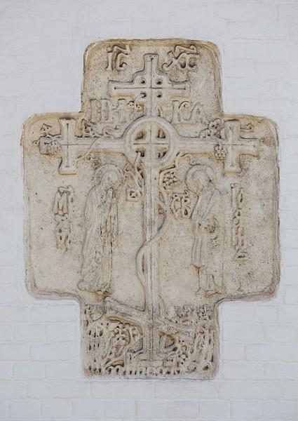 5.Гладкие белые стены украшены кирпичным декором и каменной резьбой (скульптор С. Т.  Тамонькин)