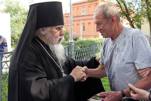 Сергей, один из пациентов больницы, принимает поздравления от епископа Пантелеимона с именинами. 18 июля также отмечается день памяти прп. Сергия Радонежского