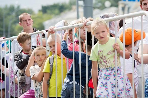 Родители с маленькими детьми стоят в отдельной очереди