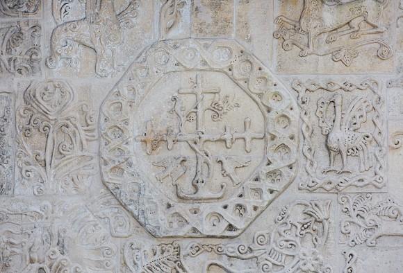 7.Удивительная каменная резьба придает стенам храма легкость и воздушность