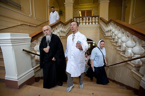 Епископ Пантелеимон с главврачом посетили корпус, в котором ранее находился больничный храм, а сейчас расположены онкологические отделения
