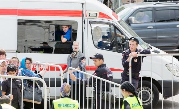 07.Вдоль очереди дежурят скорые и полиция