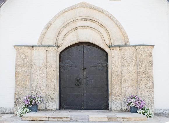 8.Легкие арочные входы обрамляют железные двери