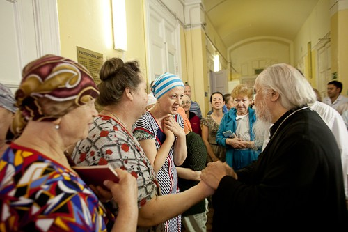 Епископ Пантелеимон общается с пациентами одного из больничных отделений