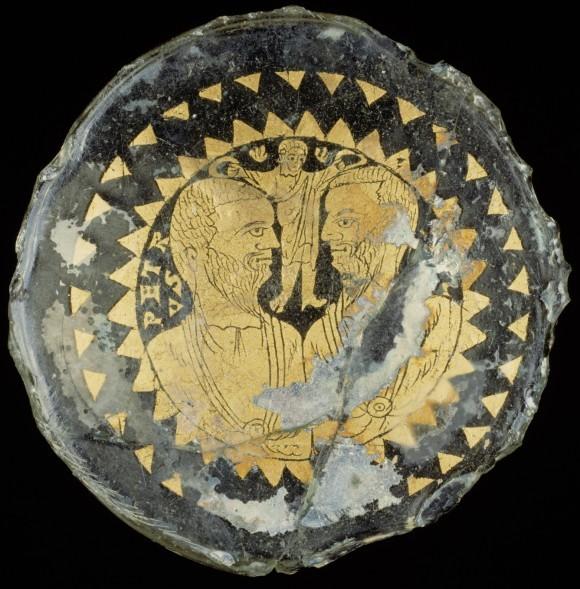 Христос увенчивает апостолов Петра и Павла. Донце поминального сосуда. Рим. IV в. Метрополитен-музей, Нью-Йорк, США