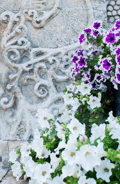 9.Каменные цветочные узоры гармонируют с живыми цветами