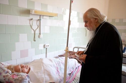 Епископ Пантелеимон посетил палаты с тяжелобольными пациентами