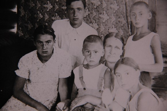 Наталья Дмитриевна Шаховская с  детьми в свой день рождения, 1940 год. Слева направо: Мария, Сергей, Николай, Елизавета, Дмитрий