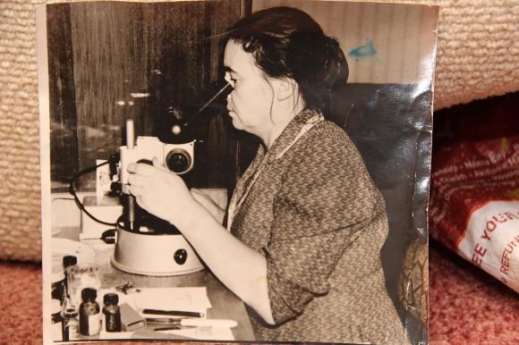 Молодой микробиолог Мария Михайловна Шик за микроскопом