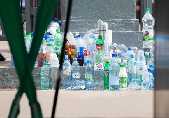 Бутылки с водой, которые полиция изымает на входе в храм