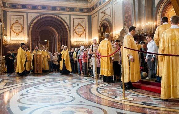 Священники служат молебен