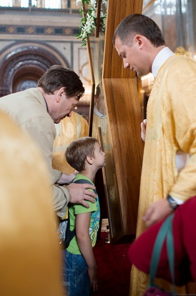 32.К кресту прикладываются дети