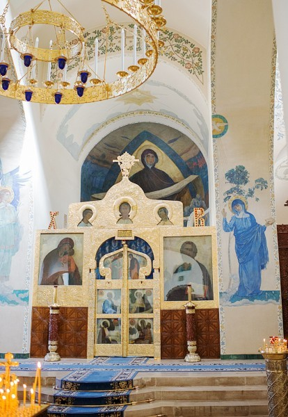 33.Центральный алтарь, освященный в честь Покрова Божией Матери