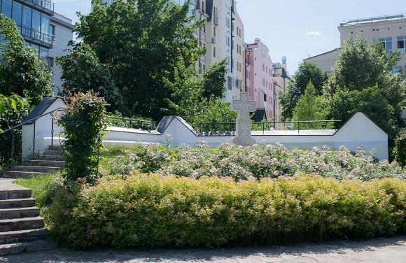 40.«Голгофа». Именно так сестры называли небольшой холмик в глубине сада. Сюда вела лестница, наверху стояли скамеечки. С чем было связано это название, достоверно не известно. Сегодня на «Голгофе» установлен памятный крест алапаевским мученикам