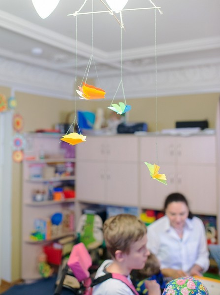 Воспитанников обучают навыкам самообслуживания, социально-бытовой адаптации, приучают к максимально самостоятельной жизни в обществе, в быту. С детьми проводят занятия по коррекции речи и психофизических недостатков