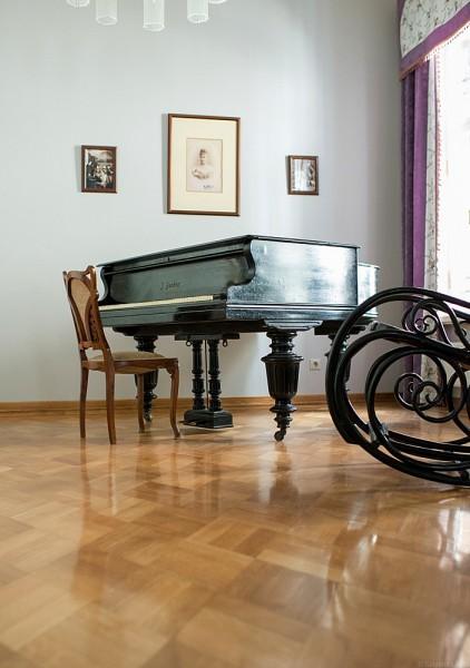 Чудом сохранившийся рояль Великой княгини. В советское время в покоях Елисаветы Феодоровны был устроен детский сад. На рояле играли на детских утренниках. Теперь музыкальный инструмент снова в покоях настоятельницы. На крышке рояля есть подпись владелицы