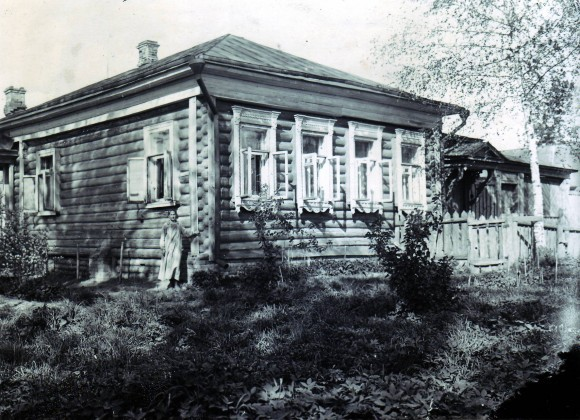 Людмила Сергеевна возле своего дома, довоенные годы